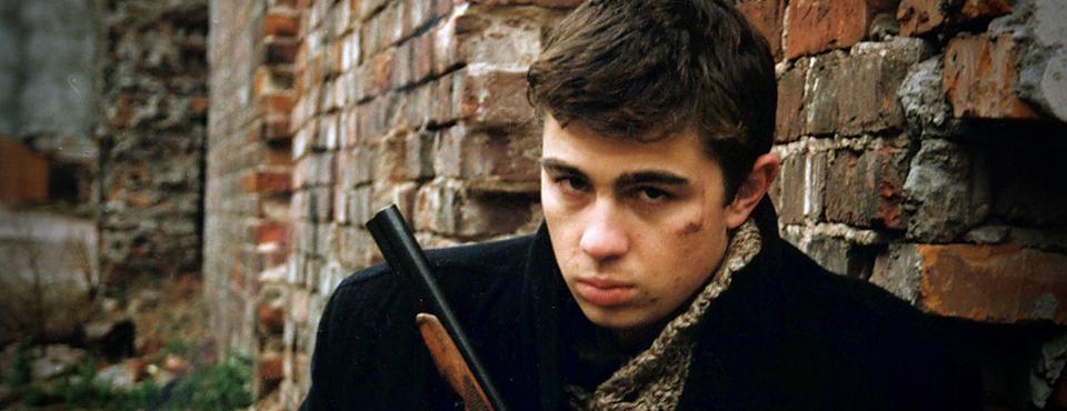 Кадр из фильма «Брат», выпускника ВКСР — Алексея Балабанова