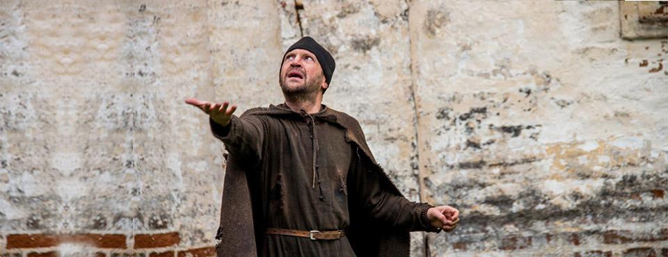 Кадр из фильма «Монах и бес», выпускника ВКСР — Николая Досталя